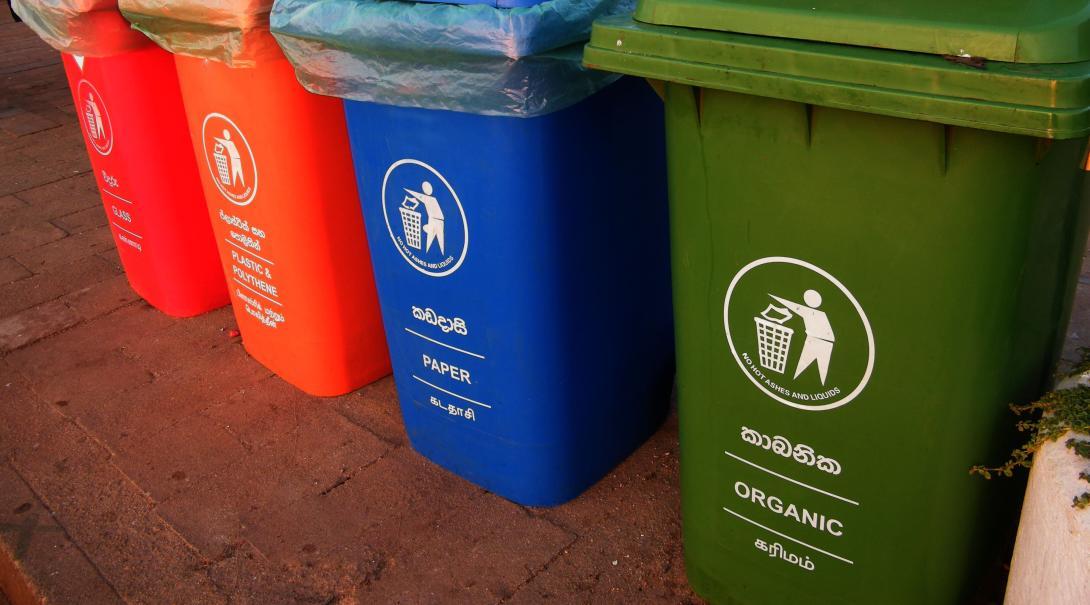 Botes de colores para diferentes tipos de basura, lo cual motiva al reciclaje.